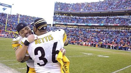 Hines Ward congratulates  Jerome Bettis after the Steelers defeated the Broncos, 34-17, in Denver in 2006.