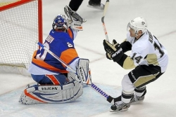 Veteran winger Kunitz gets help from teammates to net winning goal