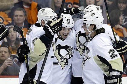 Penguins players celebrate a goal by Tyler Kennedy during the first period.