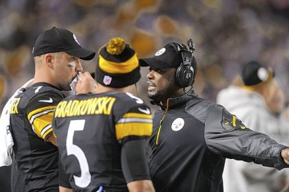 Mike Tomlin talks with his quarterbacks Ben Roethlisberger and Bruce Gradkowski in the second half of a loss Sunday night to the Chicago Bears that dropped the Steelers to 0-3.