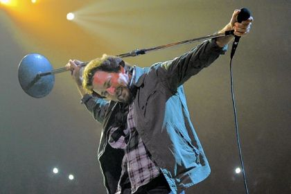 Eddie Vedder leads Pearl Jam at Consol Energy Center Friday night.