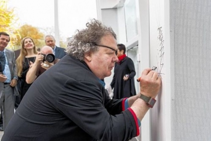 Dale Chihuly signs his name at the center's opening.