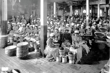 1904: Women work inside the Heinz plant.