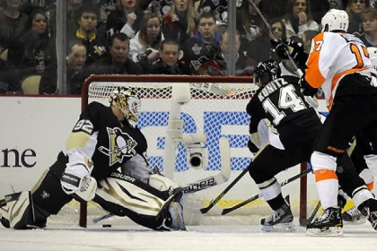 The Flyers' Wayne Simmonds scores on Penguin goaltender Tomas Vokoun in the first period at Consol Energy Center tonight.