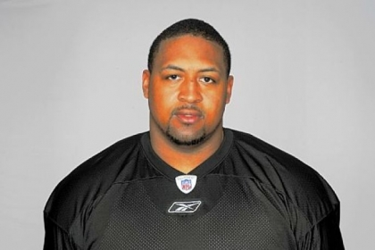 Veteran offensive lineman Ramon Foster re-signed with the Steelers Monday.