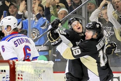 Beau Bennett, right, is congratulated by Tyler Kennedy after giving the Penguins a 1-0 lead.