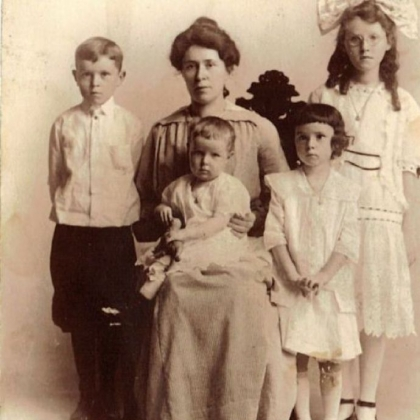 Mary Brennan McFadden with her children. The oldest  child is Marg, followed by Dan, Lib and Helen.