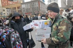 Market Square crowds line up for cake from 'Cake Boss'