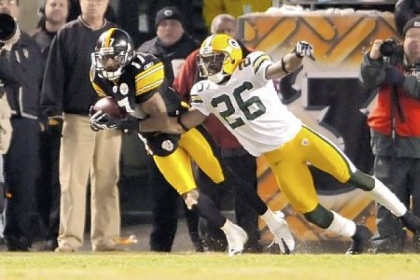 Mike Wallace, left, hauls in a 68-yard touchdown pass from Byron Leftwich, beating New York&#039;s Bruce Johnson late in the first half.